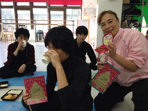 桜新町の酒井ダンス教室。3歳のベイビーちゃんから83歳のマダムまで、踊らずにはいられないダンサーをまとめるはヒロコ先生と銀丈先生。毎年サンタプロジェクトを応援してくださり感謝です♡