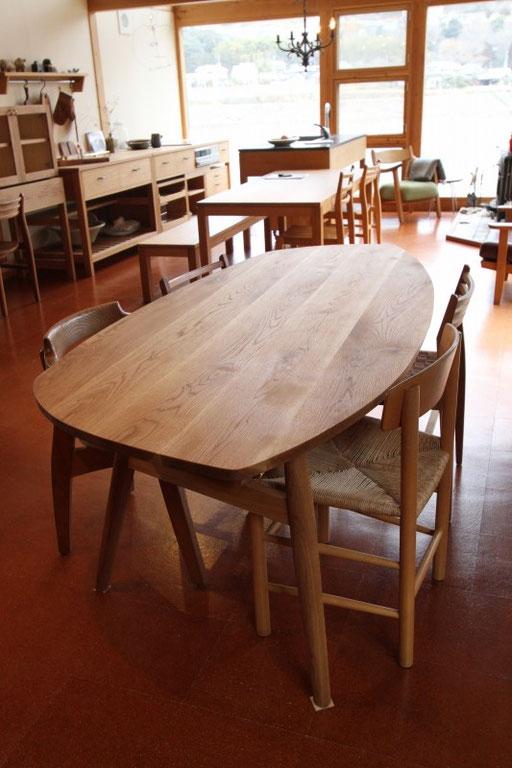秋田産ナラ材のテーブル