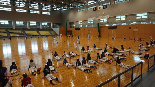雨の場合は隣接の体育館にてトレーニング。基礎の動きを学びます。