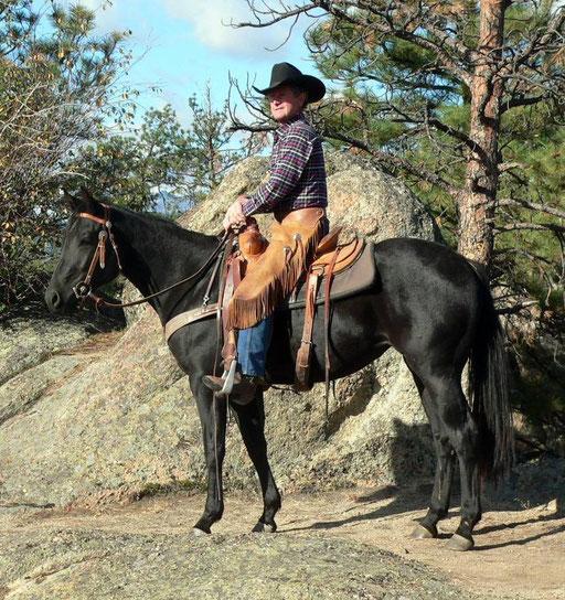 Rockey Lynn hat Tiara noch in Montana gestartet. Wie alle seine jungen Pferde ist er sie sofort in den Rocky Montains geritten.