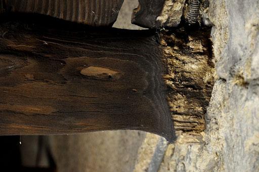 Habitation ancienne après incendie : état d'une solive - la section est réduite et doit être justifiée pour les travaux de restauration