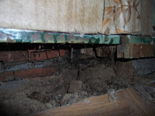 Habitation individuelle ancienne : bas de mur dégradé (2)
