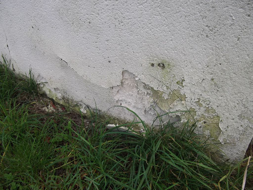 Habitation individuelle ancienne : enduit extérieur dégradé (2)