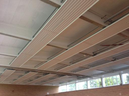 Deckenstrahlplatten mit integrierter Beleuchtung