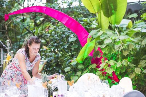Hochzeitsplanerin verleiht den Tischen der Hcohzeitslocation den letzten Schliff
