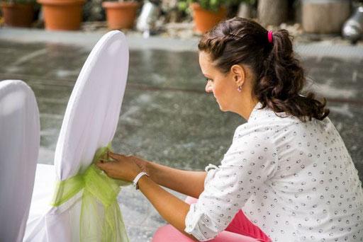 Hochzeitsplanerin dekoriert für die Freie Trauung