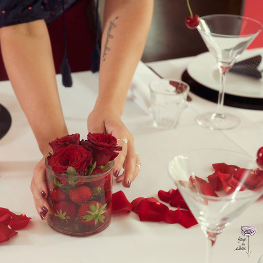 Hochzeitsplanerin arrangiert die Blumendeko