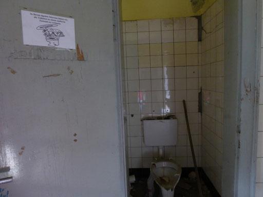 """2018-05-27 ___ """"In Ihrem eigenen Interesse bitten wir, die Toiletten in einem sauberen Zustand zu verlassen."""""""
