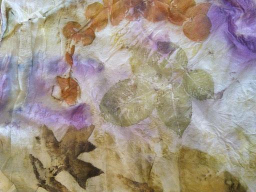 Detail sjaal met rozenblad, Amerikaans eiken, eucalyptus en rode kool - Blom Ecoprint