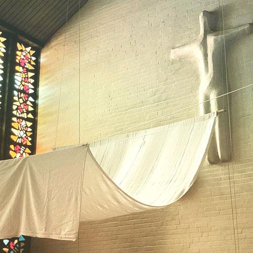 Weißes Laken vor Altar in der Jubilate-Kirche