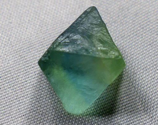 Fluorite brute de forme naturelle en octogone