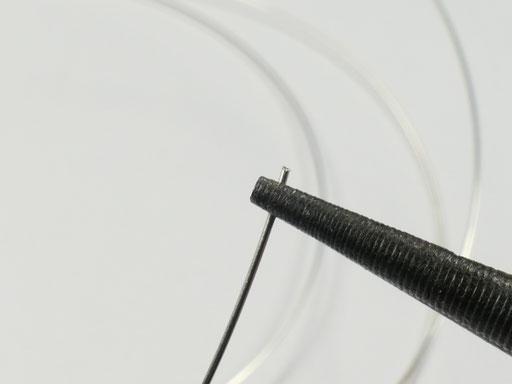 Fil argenté et pince ronde