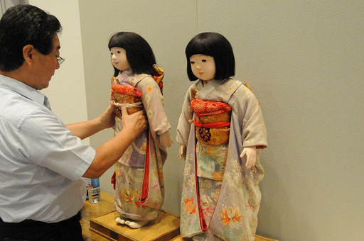 青木勝さんが「ミス三重」の着付け中