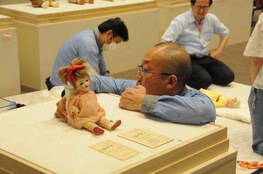 この日本製人形の固定は難しい…