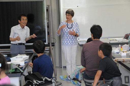 スーザン館長のスピーチ。通訳は会員の伊藤さん