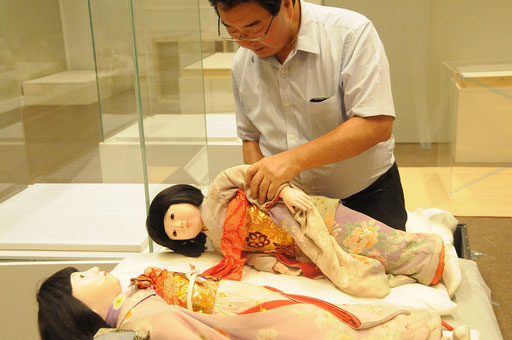 青木勝さんが「ミス宮城」の着付け中