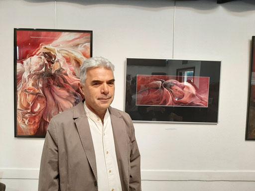 Jean-Charles MOUGINOT devant ses oeuvres exposées aussi à Feytiat