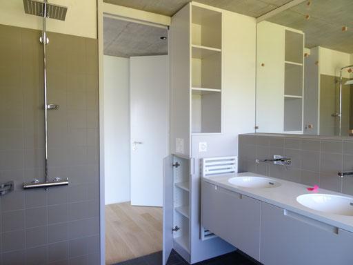 Badezimmerschrank mit nützlichem Stauraum