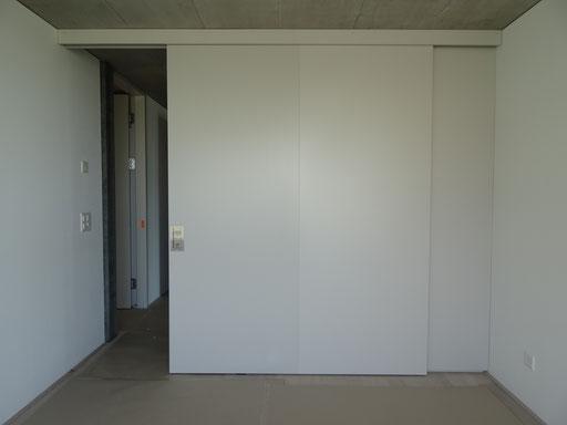 Aufgesetzte Hawa-Schiebetüre auf der Rückseite der Garderobe