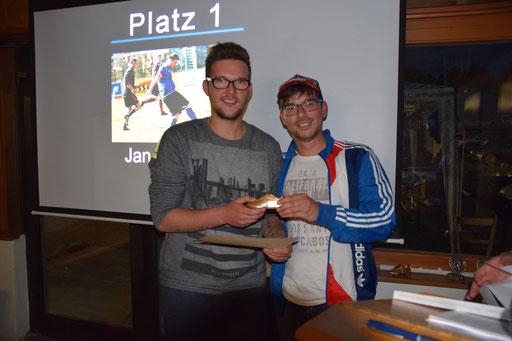 Jan Neusser legte die meisten Tore für die 2.Mannschaft vor und wurde von Vorjahressieger Michael Hermann beglückwünscht.