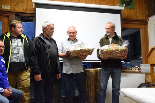 Vorstand Ewald Hermann bedankt sich bei den Trainern Roland Roll und Manfred Grund für ihre Arbeit.