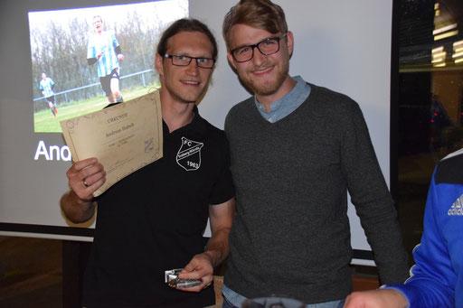 Benedikt Roll (Torschützenkönig der vergangenen Saison) überreichte Andreas Habelt die Torjägerkanone.