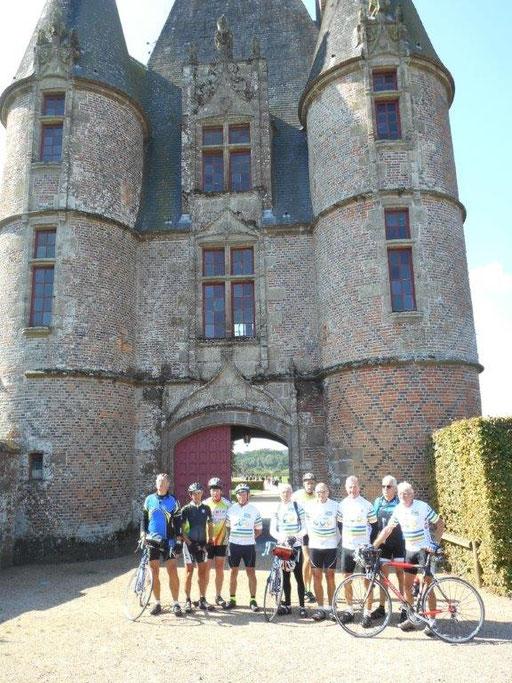 Le premier groupe est arrivé au château de Carrouges ... (AB)