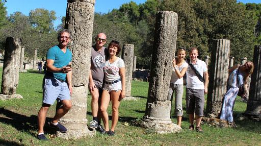 Band & Partner zwischen antiken Säulen in Olympia