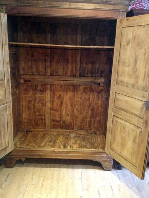 schöner antiker Schrank bei Nouvelle-Antique Aachen, der Schrank ist offen.