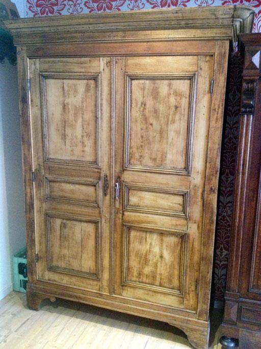 gebrauchter Kleiderschrank aus Holz bei Nouvelle-Antique Aachen