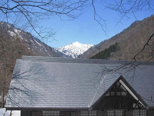 朝日鉱泉正面の大朝日岳も深い雪に覆われています