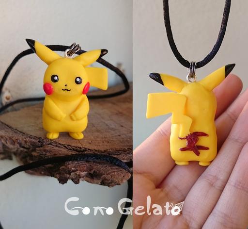 Collana con ciondolo Pikachu, modellato a mano, dettagli dipinti con acrilici protetti da vetrificante :) è alto poco più di 4 cm! Creato su commissione  - 22*