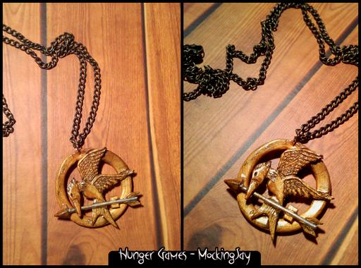 Collana con la spilla del film Hunger Games, rappresentante la ghiandaia imitratrice. Completamente modellata a mano. 15*