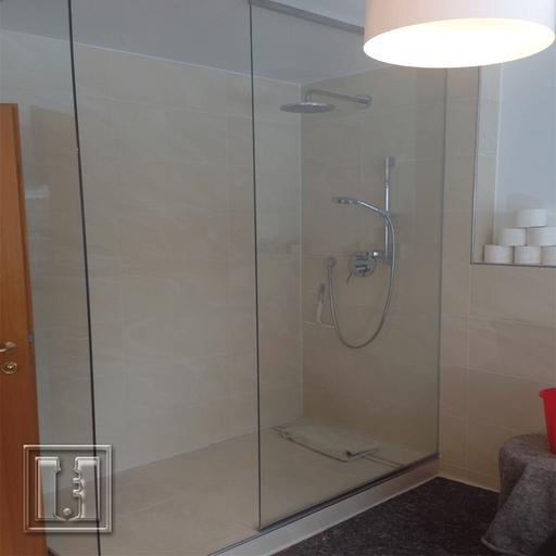 Dusche mit Trennwad raumhoch / Referenz: Privathaushalt München umgebung / Glaserei Fischbach