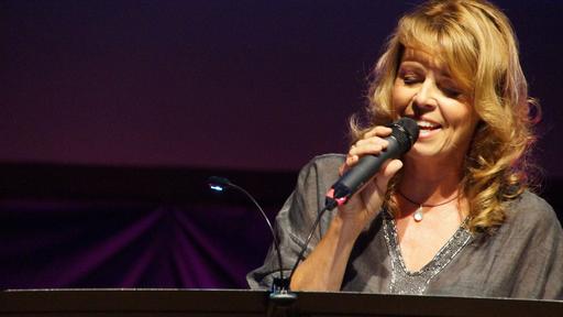 """Thea Eichholz hielt die Referate zum Thema """"Von Nix kommt Nix"""". Außerdem gestaltete sie den Frauentag gemeinsam mit ihren Begleitmusikern musikalisch mit."""