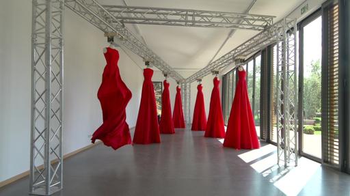 Ursula Neugebauer, TOUR EN AIR, 1998, 7 red taffeta dresses, deco busts  computer-controlled electric motors, 280 x 700 x 1100 cm, © Ursula Neugebauer © Wolfgang Braden film