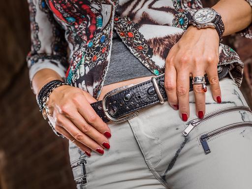 Bei diesem sportlich- eleganten Gürtel wurden Onyx-Steine eingearbeitet