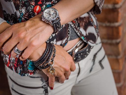 Es soll ja alles passen … Uhrenband mit Steinchen und Nieten besetzt; Lederarmband retourgeflochten mit Edelstahlband in Kombination