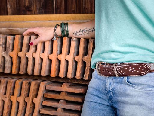 Bei diesem Gürtel wurden Swarovskisteinchen und Nieten eingearbeitet, die Ziernähte schmücken ihn besonders und das funkeln ist nicht zu übersehen …