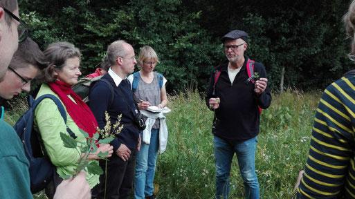 Dr. Thomas Hövelmann erläutert die einzelnen Pflanzenarten (Foto: Britta Ladner)