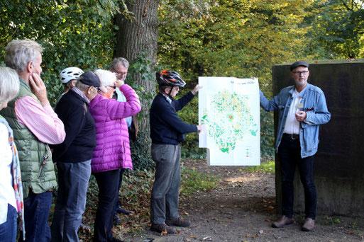 Dr. Thomas Hövelmann (rechts) erläuterte anschaulich den Landschaftswandel in den letzten 200 Jahren im Westen von Münster