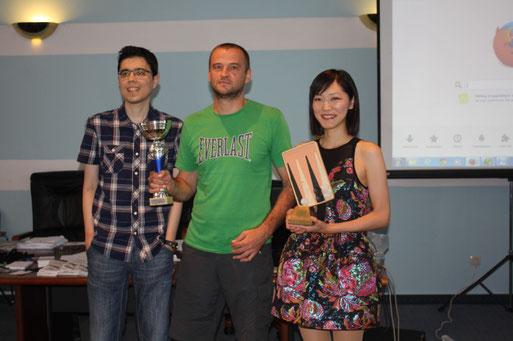 Mislav Kovačić gratuliert Akiko Yazawa, Gewinnerin der Punta Challenge und Boris Kožul, der die Sibenik Open mit der Maximalzahl von 7 Siegen gewonnen hat.
