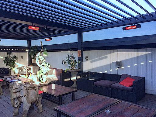 Terrasse mit Lamellendach und Heizstrahler für Sitzecke