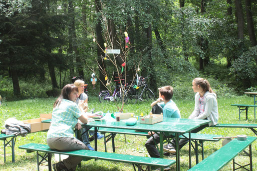 Pause am Bastelstand der Kindergruppe (links: Astrid Becker)
