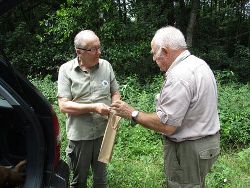 """Rudolf Lepschy (rechts) dankt Herrn Volker Ried für dessen geleitete Kurzwanderung, """"Tiere des Waldes entdecken"""", besonders für Kinder ein Erlebnis (Foto: Ralph Langetepe)"""