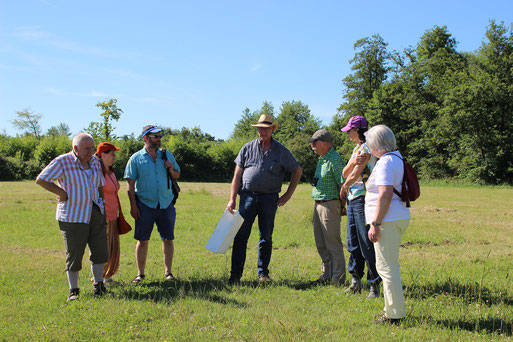Herr Eisenbarth erläutert interessante Details zum Biotop (Foto: E. Keßler)
