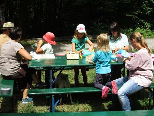 am Basteltisch der Kindergruppe (Foto: Ralph Langetepe)