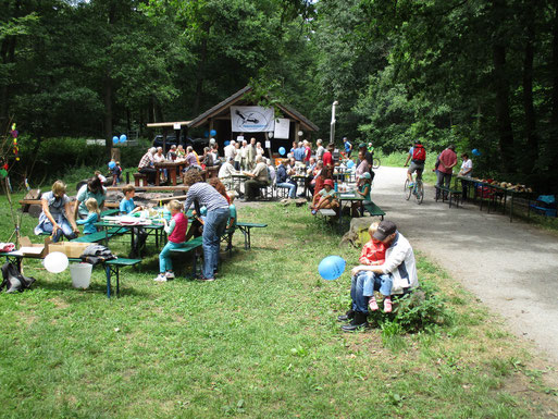 NABU-Fest - im Vordergrund der Basteltisch der NAJU-Kindergruppe (Foto: Ralph Langetepe)