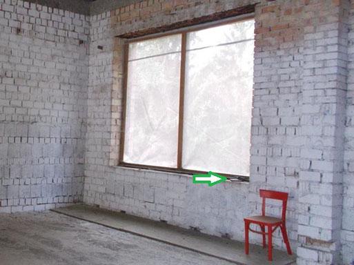 In einem Gebäuderohbau liegt auf der Fenstermauer die kleine Horchbox, Foto: Wuntke