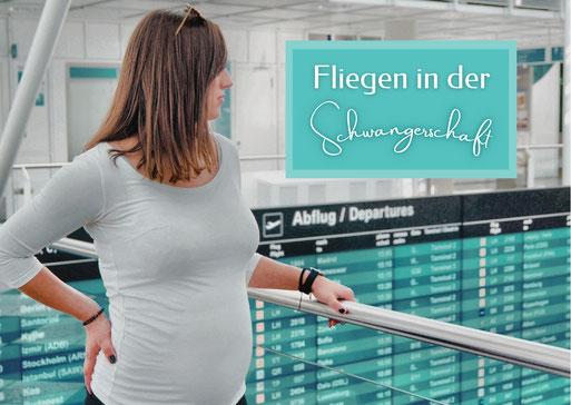Schwangere Frau am Flughafen vor der Abflugstafel